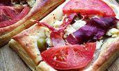 Тарти с бутер тесто, прошуто и сирене