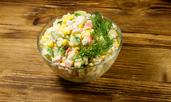 Салата с ориз, рулца от раци и яйца
