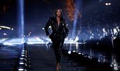 Наоми Кембъл дефилира на ревю за Saint Laurent в Париж