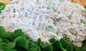 Салата с пиле, кисели краставички и грах