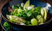 Салата с авокадо, слънчогледови семки и грозде