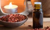 Как да използвате масло от сандалово дърво за сияеща кожа?