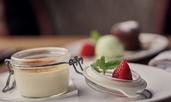 Крем брюле с ягоди и сметана