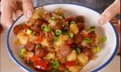 Топла картофена салата с наденички