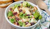 Екзотична салата с броколи и червени боровинки