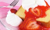 Пандишпанен кекс със сметана и ягоди
