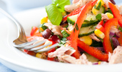 Салата с риба тон, червен боб и царевица