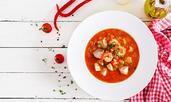 Пикантна доматена супа със скариди и чоризо