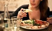Как емоционалното хранене вреди на здравето ни