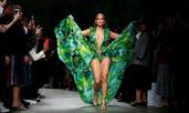 Versace облече Дженифър Лопес отново в тропически цветове