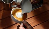 Кафе с пухкава смес от кокосово мляко
