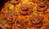 Кюфтенца с гъби върху канапе от ориз и зеленчуков микс