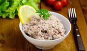 Салата с риба тон и кисели краставички