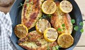 Пикантни чеснови пилешки гърди с лимонов сок