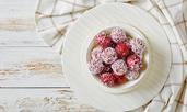Веган бонбони с ягоди и кокос