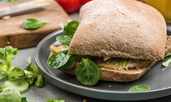 Вегетариански средиземноморски сандвич