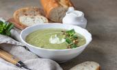 Супа с тиквички, грах и мента
