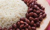 Червен боб с домати върху канапе от ориз