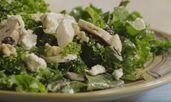 Свежа салата с къдраво зеле и пилешко