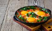 Яйца на фурна с шунка и домати