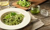 Спагети с песто от босилек, спанак и пекорино