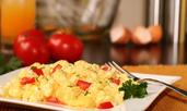 Бъркани яйца със зеленчуци и чедър