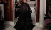 Наоми Кембъл дефилира в разкошна рокля на ревю на Valentino