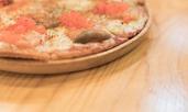 Пица с пушена сьомга и крема сирене