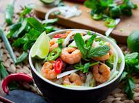 Тайландска салата с нудълс и скариди