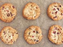 Бисквити с шоколад и червени боровинки