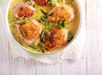 Пилешки бутчета със сметанов сос и грах