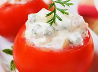 Пълнени домати с яйца, сирене и грах
