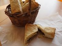 Видео рецепта: Банички с пилешки дробчета и зелен лук
