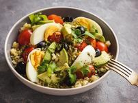 Пролетна салата с авокадо, бекон и яйца
