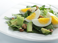 Пролетна салата с яйца и авокадо