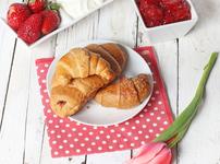 Козуначени кифлички с мармалад и орехи