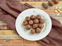 Сурови бонбони със семена от чия, ядки и фурми