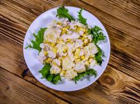 Салата с пиле, ананас, пармезан и сметанов сос