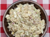 Салата с карфиол, яйца, целина и млечен сос