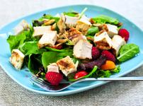 Лека салата с горски плодове, пилешко и спанак