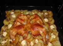 Пиле с картофи и синьо сирене