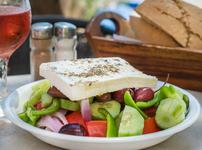 Гръцка салата със сирене фета и маслини
