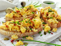 Бъркани яйца с чушка и козе сирене