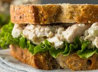 Сандвич с пилешко и зеленчуци в сос