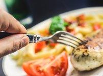 Пилешки гърди с моцарела и чери домати