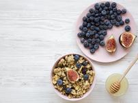 Диетична закуска с кафяв ориз, боровинки и смокини