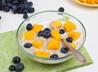 Вкусен десерт с киноа, прясно мляко, канела и плодове