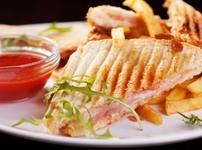 Сандвич с бекон и синьо сирене