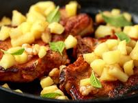Свинско с карамелизиран лук и ябълки