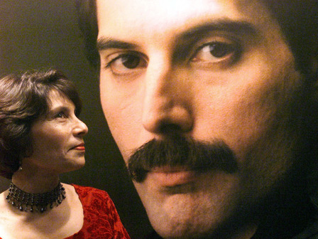 На снимката: Кашмира Кук, сестрата на Фреди Меркюри, гледа портрета му по време на изложба с негови фотографии в Бомбай. Снимка: архив, Reuters